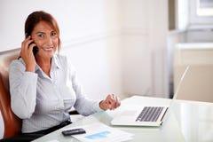Профессиональная женщина беседуя на ее клетке Стоковое Изображение RF