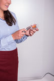 Профессиональная женщина освещает вверх по свече Стоковая Фотография RF