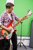 Профессиональная играя гитара в студии звукозаписи Стоковая Фотография RF