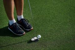 Профессиональная игра игрока на поле для гольфа Игрок в гольф держащ clu Стоковые Фотографии RF