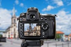 Профессиональная камера DSLR сфотографированная городской город бесплатная иллюстрация
