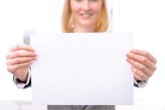 Профессиональная коммерсантка держа лист бумаги Стоковое Изображение RF