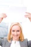 Профессиональная коммерсантка держа лист бумаги Стоковое Фото