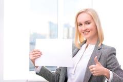 Профессиональная коммерсантка держа лист бумаги Стоковая Фотография