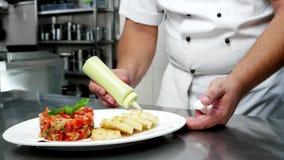 Профессиональная кухня перемещения, икра с зажаренными овощами с гренками, вожд-плита подготавливает еду на профессионале сток-видео