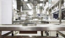Профессиональная кухня, счетчик взгляда в стали стоковые изображения