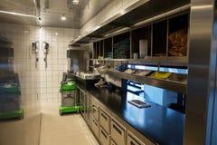 Профессиональная кухня, счетчик взгляда в стали Стоковое Изображение RF