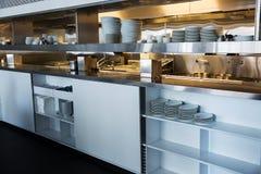 Профессиональная кухня, счетчик взгляда в стали Стоковая Фотография RF