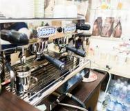 Профессиональная машина кофе в баре или ресторане Стоковые Фотографии RF