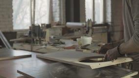 Профессиональная мебель собрания плотника от деревянных доск измерение акции видеоматериалы