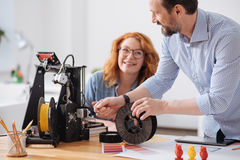Профессиональная опытная дизайнерская нить загрузки в принтер 3d стоковое изображение rf