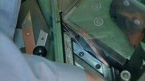 Профессиональная рука создателя держа рамку, режа ее с машиной Стоковая Фотография RF