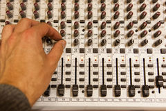 Профессиональная тональнозвуковая смешивая консоль с федингмашинами и ручками регулировать Стоковое фото RF