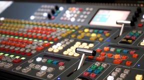 Профессиональная тональнозвуковая смешивая консоль с федингмашинами и ручками регулировать, фокусом черноты оборудования ТВ белым Стоковое Изображение