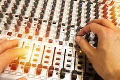 Профессиональная тональнозвуковая смешивая консоль с федингмашинами и ручками регулировать Стоковое Изображение RF