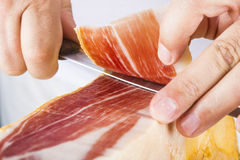 Профессиональное вырезывание ветчины serrano Стоковое Изображение