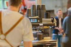 Профессиональное barista подготавливая кофе в машине кофе espresso свежий Культура кофе и профессиональный кофе Стоковое фото RF