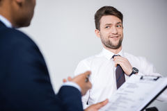 Профессиональные бизнесмены имея деловую встречу на компании Стоковые Фото