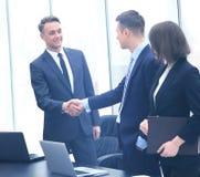 Профессиональные бизнесмены тряся руки Стоковое фото RF