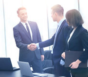 Профессиональные бизнесмены тряся руки Стоковое Изображение