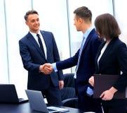 Профессиональные бизнесмены тряся руки Стоковая Фотография