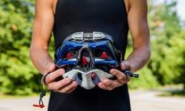 Профессиональные велосипедисты носят шлем для его безопасности Стоковая Фотография RF