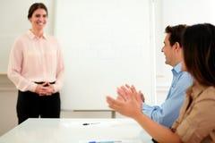 Профессиональные коллеги давая рукоплескание на встрече Стоковые Изображения RF