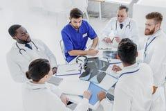 Профессиональные доктора имея серьезный переговор Стоковые Изображения RF