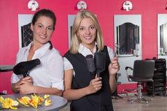 Профессиональные парикмахеры в салоне красоты стоковое изображение