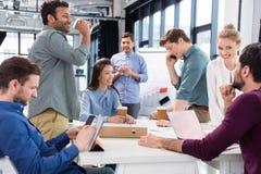 Профессиональные предприниматели обсуждая и коллективно обсуждать совместно на рабочем месте в офисе стоковые изображения