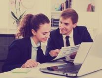 Профессиональные сотрудники молодого человека и женщины говоря в твердое offic стоковые изображения rf