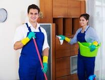 Профессиональные уборщики в прозодеждах с поставками стоковые изображения rf