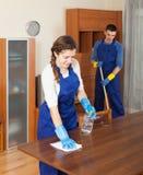 Профессиональные уборщики очищая мебель Стоковая Фотография