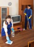 Профессиональные уборщики очищая пол Стоковые Изображения RF