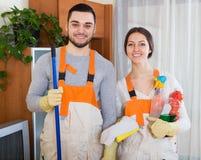 Профессиональные уборщики с оборудованием Стоковые Фотографии RF