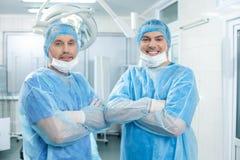 Профессиональные хирургические доктора выражают положительные эмоции Стоковое Изображение RF