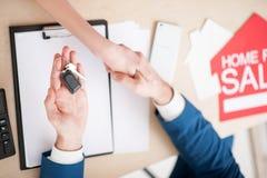Профессиональный агент по продаже недвижимости продает дом Стоковые Фото