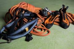 Профессиональный альпинист связывая узел стоковое изображение