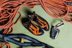 Профессиональный альпинист связывая узел стоковая фотография rf