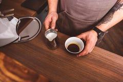 Профессиональный бармен подготавливая напиток в кафе Стоковая Фотография