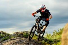 Профессиональный велосипедист ехать велосипед на скалистом следе весьма спорт стоковое изображение rf