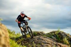 Профессиональный велосипедист ехать велосипед на скалистом следе весьма спорт стоковые фото