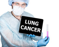 Профессиональный врач показывая ПК таблетки и рак легких подписывают дисплей, изолированный на белизне стоковые изображения rf