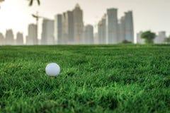 Профессиональный гольф Шар для игры в гольф на тройнике для шара для игры в гольф на th Стоковое фото RF
