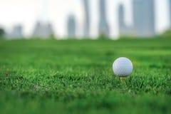 Профессиональный гольф Шар для игры в гольф на тройнике для шара для игры в гольф на th Стоковые Изображения RF