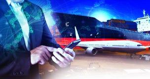 Профессиональный деятеля в перевозимом самолетами грузе, груз логистический и ind стоковые фотографии rf