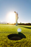Профессиональный игрок в гольф кладя шар для игры в гольф стоковое изображение rf
