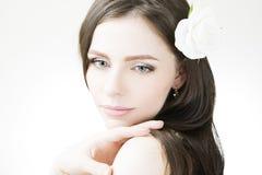 Профессиональный крупный план молодой женщины состава и стиля причёсок красивый стоковое изображение rf