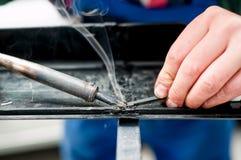 Профессиональный механик используя пластмассу и синтетический сварщика стоковое изображение rf