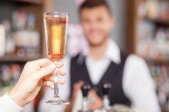 Профессиональный мужской бармен служит клиент внутри стоковая фотография